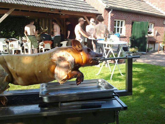varken_aan_het_spit_slagerij_van_de_beek